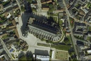 """""""Photo aérienne de la cathédrale de Bourges"""" - Notre maison est située à la limite du coin supérieur droit. """"Aerial photograph of Bourges Cathedral - We are more or less situated at the top right hand corner"""""""